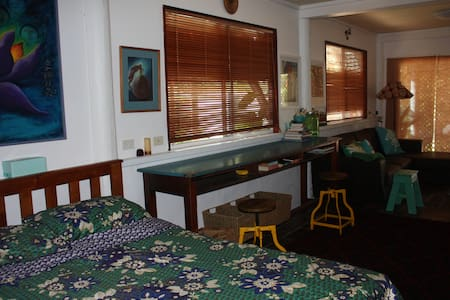 Our little granny flat (ground floor of a pole home) has a cozy, cool, feel. Enjoy the claw foot bath & tropical gardens, we are just a few minutes walk from gorgeous South Golden Beach