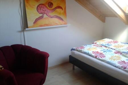 Gemütliches Dachgeschoßzimmer - Weilheim in Oberbayern - Bed & Breakfast