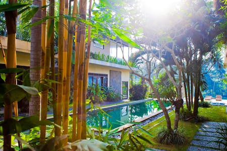 Hey there unconventional travellers! Since we run many awesome places around Ubud and have often some spare rooms available, this is your chance to make a great holiday in 4/5 star estate for just a fraction of the real price!