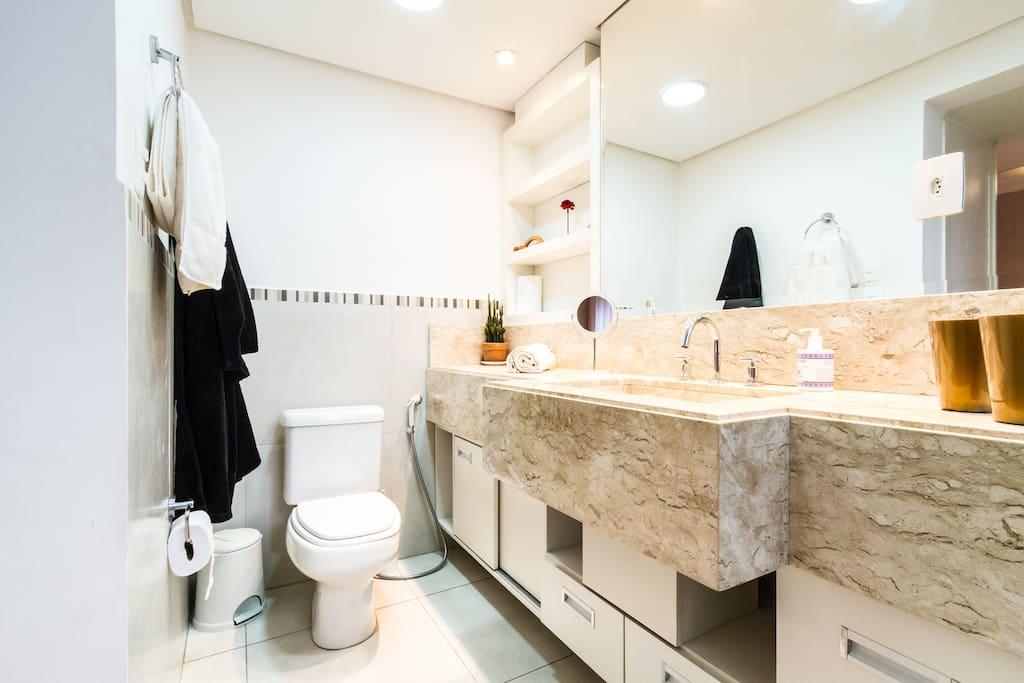 Espaçoso banheiro