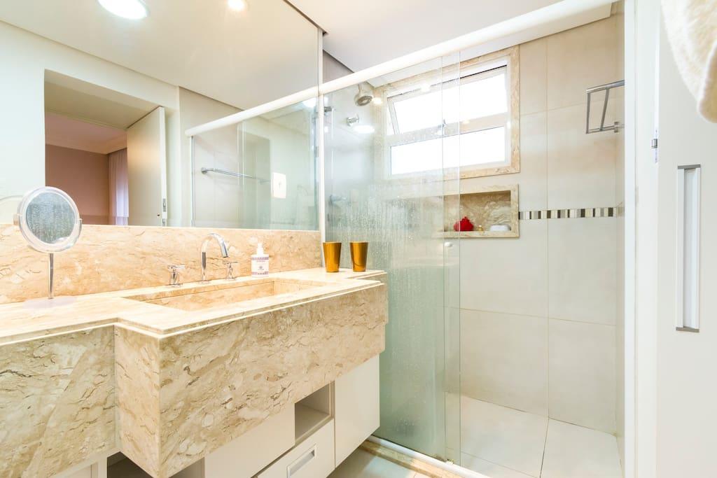 Box amplo com ducha  com água quente e fria