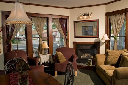 Eagle Cliff Inn B&B -Kelly's Island Queen Room - Geneva