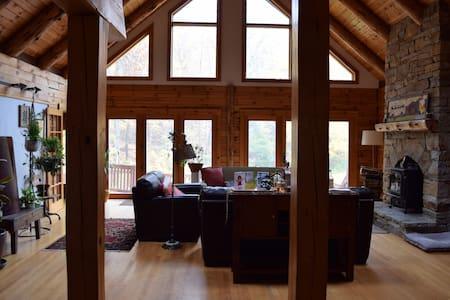 Rustic Retreat - South Room - Byt
