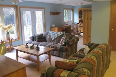 Bright, warm and newly renovated, this 900sqft apartment, a private floor of a charming country home with separate entrance, awaits you in Melancthon. SmartHDTV, Wifi, and 20 minutes to Mansfield Ski Club, 25 to Devil's Glen, and 40 to Blue Mountain.
