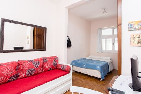 """Flat in Botafogo, with a double bad and a """"sofa-twin bed"""" (preferably for a couple, but can accommodate 4 people if arranged). 29m2, close to Sugar Loaf, two bus stops from copacabana beach, close to underground (metro) and to supermarkets."""