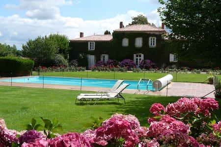 Ancien manoir du XVè avec piscine - Saint-Philbert-de-Grand-Lieu