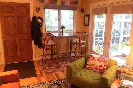 Sunny Mid Century Cottage - Auburn - Apartment