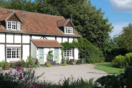 4 Star Symonds S/C Cottage sleeps 4 - House