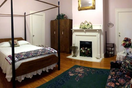 The Hinson House Bed & Breakfast: Sadie's Suite - Bed & Breakfast