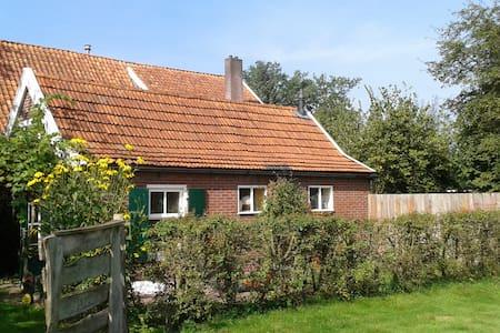 Een eigen huisje op een eeuwenoud erf - Winterswijk Brinkheurne - Cabin