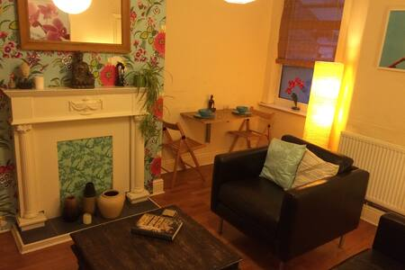 Cosy Salford house, close to city