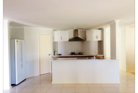 Clean and Comfy house in Bentley, close to CBD - Bentley