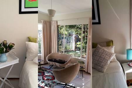 Central, quiet bachelor garden cottage, Brooklyn - Pretoria - Bed & Breakfast