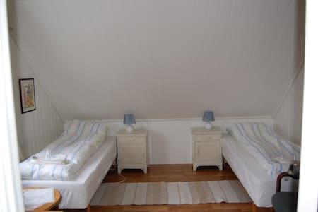 Room #1 in apartment on a farm! - Pousada