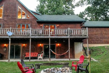 SECLUDED LOG HOME ON HIDDEN, PRIVATE LAKE... - Maison