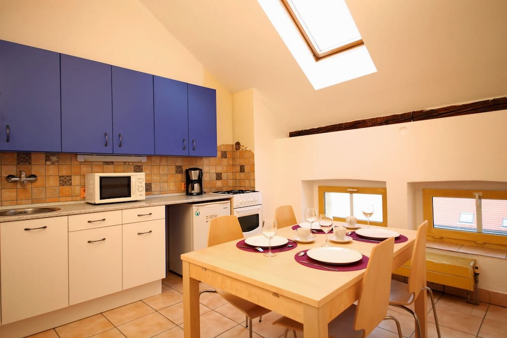 Fully equipped kitchen with a dining area