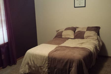 Private, comfortable spare bedroom! - Hus