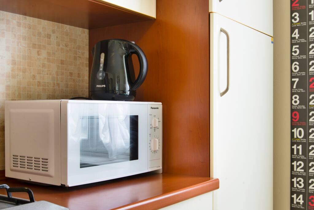 il forno a microonde + il bollitore elettrico