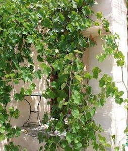 Markos Vamvakaris - Casa de luz - Ano Syros - Huis