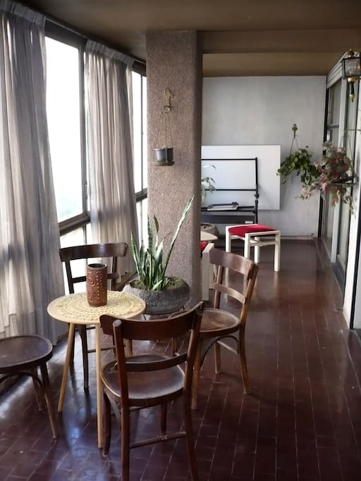 A huge furnished indoor balcony with a view to the avenue. A great chill-out place.