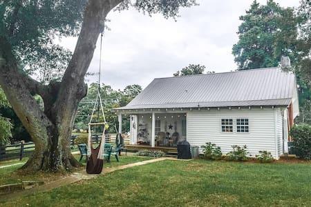 Quaint Farmhouse on 40 Acres - Casa