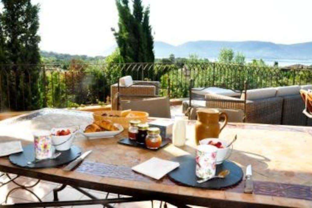 Petit-déjeuner sur la terrasse à l'étage