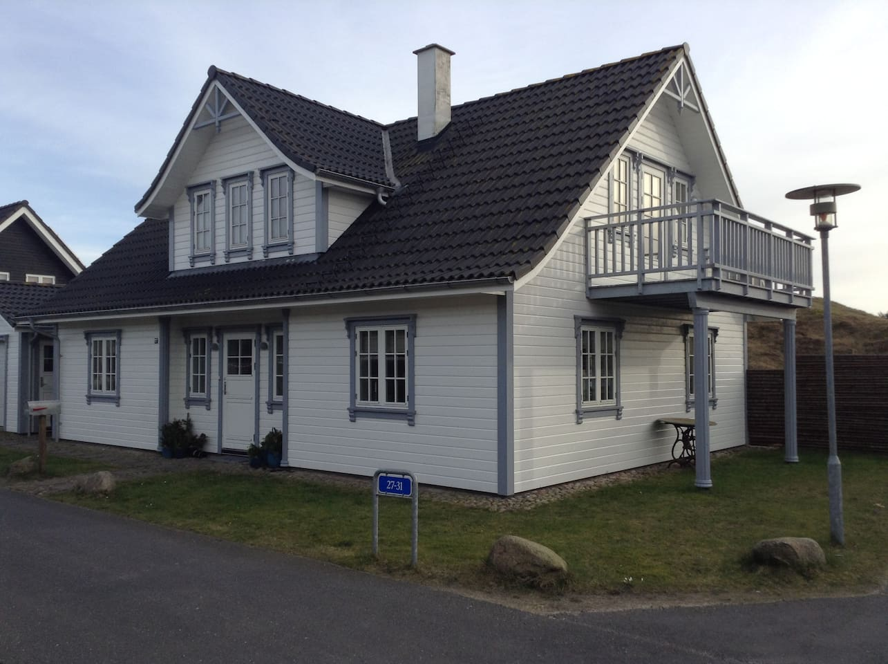 Det hvide hus du skal kikke efter når du ankommer.