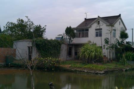 乡村别墅式住宅,环境优雅,空气新鲜,像油画一样的田园风光。 - House