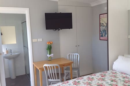 Private modern studio w own ensuite - House