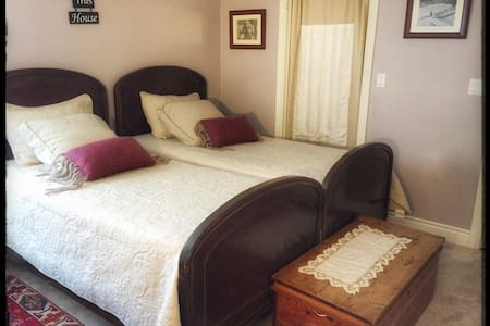 Spacious french nest bedroom +private bathroom - Burlington