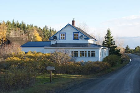 Experience the life on an island ! - Notre-Dame-des-Sept-Douleurs - Hus