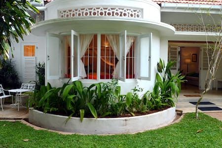 Luxury Bedroom with Pool close to Galle Fort. - Bed & Breakfast