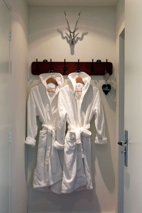 Badmantels hangen klaar voor de gasten.