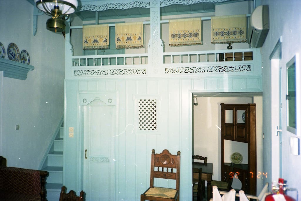 Wohnraum mit Blick in die Küche auf das Sfa