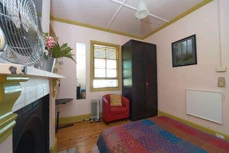 Chic room in welcoming home - Leichhardt - Bed & Breakfast