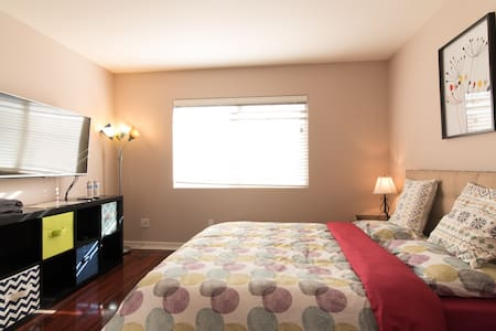 Walking distance to Disney SUITE w/ Attached Bath - Anaheim - House