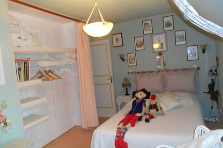 Cheap beautiful room (attach. shower) near Paris. - Limay