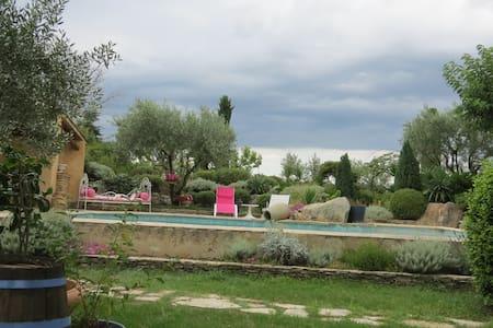 Chambre au coeur de la campagne provençale - Hus