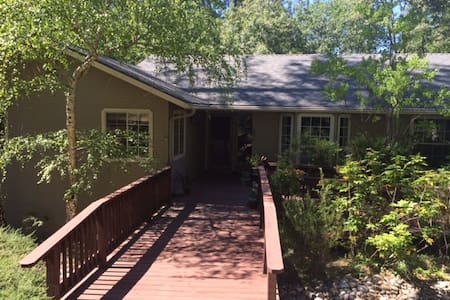 Private room and bath in quiet foothills cottage - Meadow Vista - House