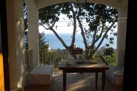 Affittasi villa al mare - Huvila