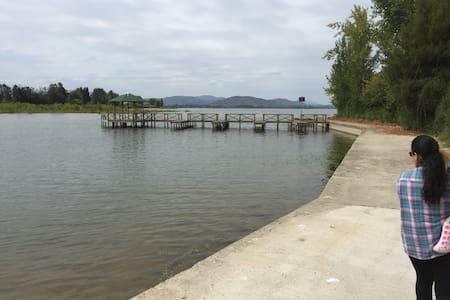 Parcela amoblada Lago Rapel, con acceso a muelle - Ház