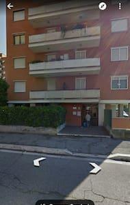 Stanza in trilocale + parcheggio - Lägenhet