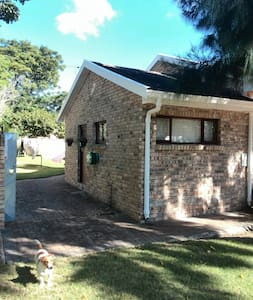 Within 15 minutes of the airport, major shopping centres, beaches and National roads, this clean and affordable flat has a double bedroom and bathroom with shower. It is separate to the main family home in the peaceful suburb of Kragga Kamma Park.