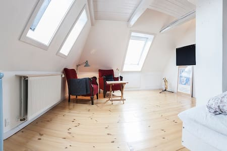 Nice room in villa in quiet neighborhood near Copenhagen ZOO and Frederiksberg Gardens. The villa is close  to both Valby Station (8 minutes walk)  and the center of Copenhagen (8 minutes by train and metro 5 minutes).