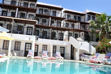 Jarra Hotel Havuz ve Bahçe manzara