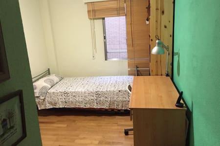 Cozy room with private bathroom! - Pozuelo de Alarcón