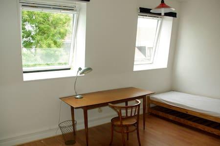 Chambre calme, lumineuse, au 2e étage - Roubaix - Haus