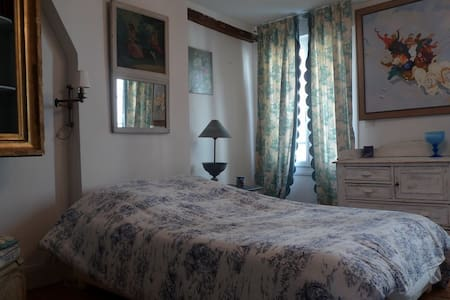 Guest room in historical center - Reims - Bed & Breakfast