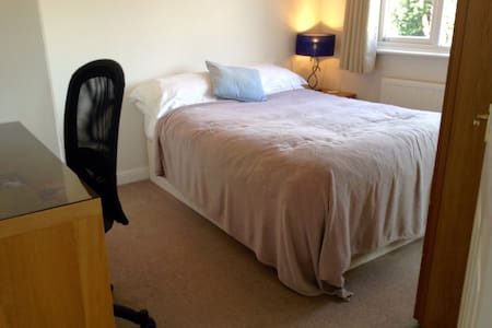 Double Bedroom in Three-Bed-Semi - Keyworth