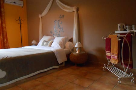 Chambre double en Pays Cathare - Bed & Breakfast